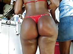 Big ebony ass, biquini enfiado na rabuda